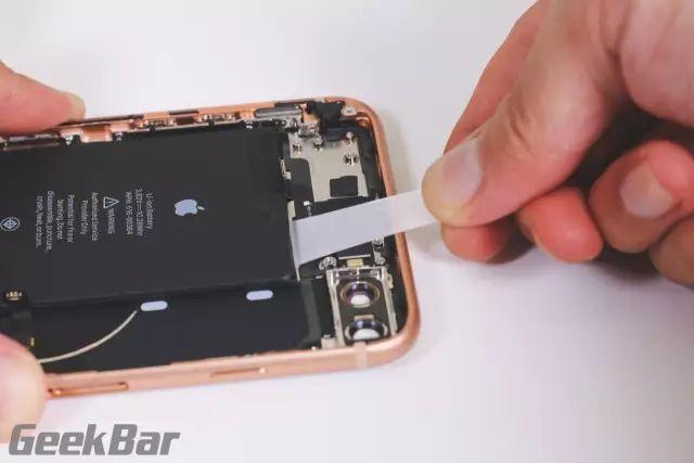 バッテリー定着用テープを抜き出す