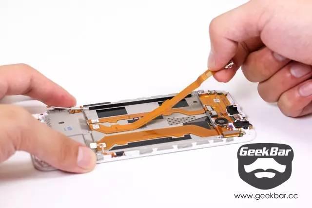 micro USB接続口配線を取り外す