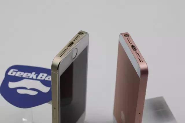 iPhoneSEとiPhone5Sの充電ジャックの比較