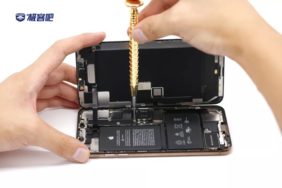 金属板で固定 | iPhone XS Max分解
