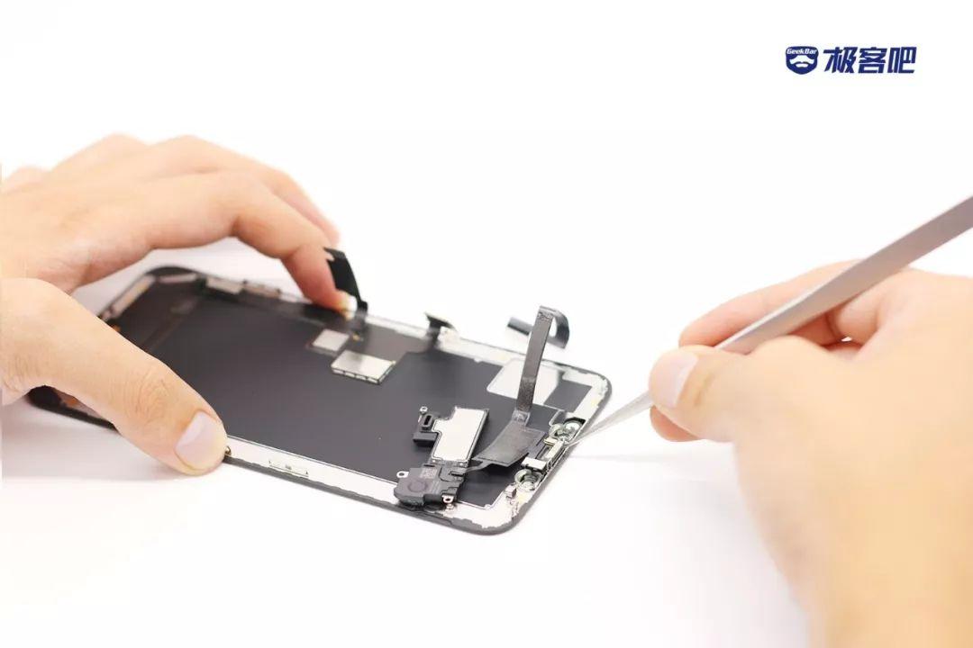 3つのY形ネジ | iPhone XS Max分解