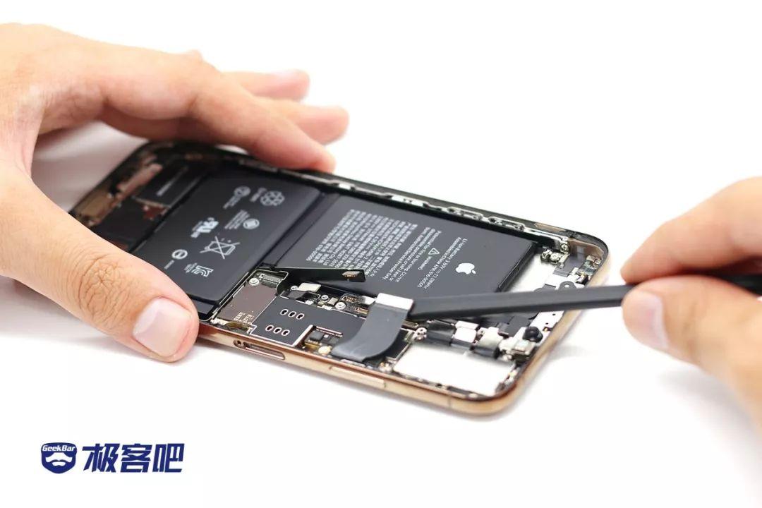 メインボードを分解する | iPhone XS Max分解