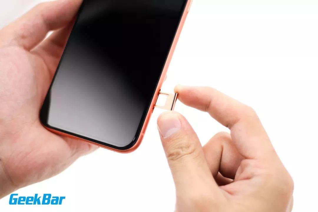 SIMカードロットを取り出す | iPhone XR分解
