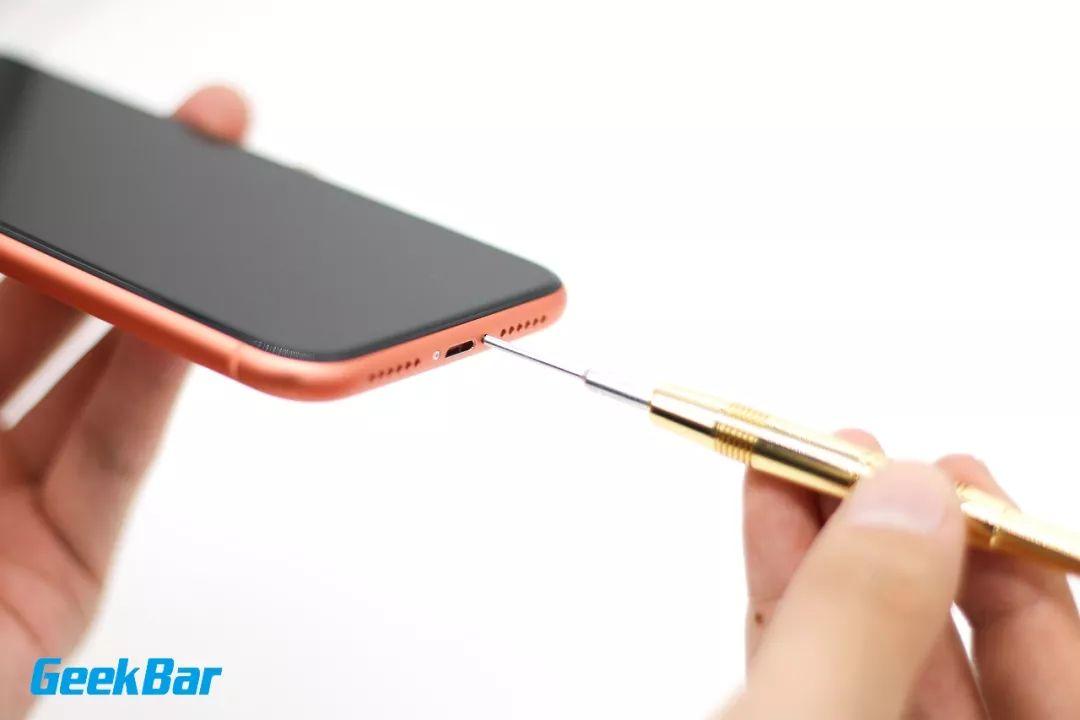五角ネジを外す | iPhone XR分解