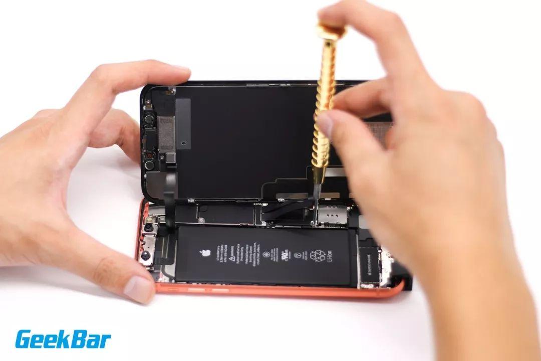 3つのY型ネジを外す| iPhone XR分解