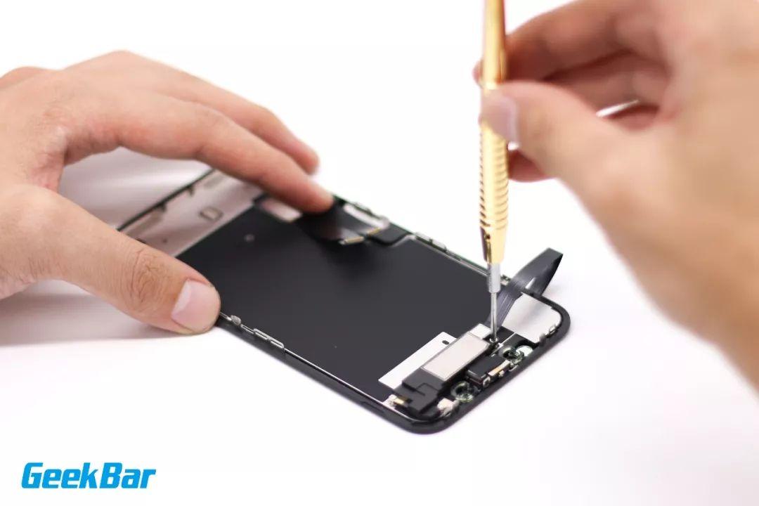 3つのネジを外す| iPhone XR分解