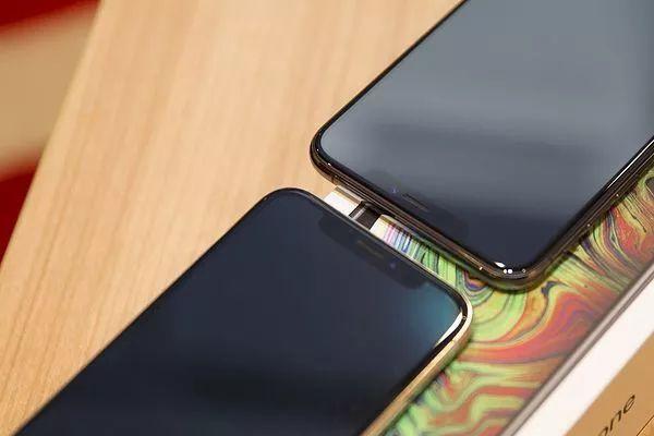 iPhoneXS MaxとiPhoneXの上部比較