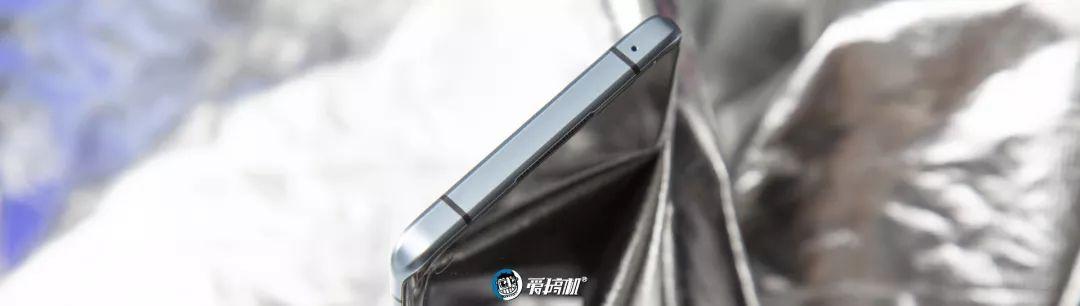 OPPO Reno3 Pro 5Gの上部デザイン